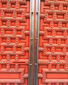 Por muy pesada que parezca la puerta se puede abrir solo inténtalo.  Feliz Domingo!!  #lovelyworldmadrid #makeup #colors #powerfulcolors #diseño #puerta #españa #madrid #condeduque #condeduquegente #fuerza #belleza by lovelyworldmadrid