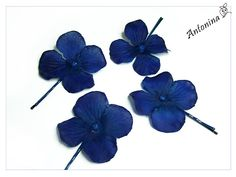 4 hydrangea blossoms in blue, dark blue