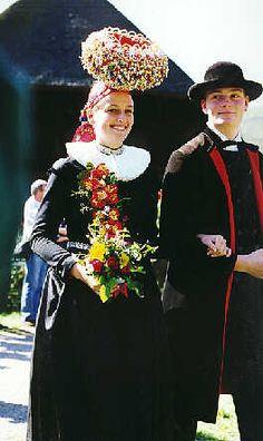 Gutacher Hochzeitszug  Das Brautpaar  Die Braut im Festtagskleid mit weißem Faltenkragen und dem typischen Gutacher Schäppel, der Bräutigam ... #Gutachtal