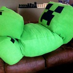 Get cuddly with your favorite Minecraft villain with this life-size creeper pillow. This massive pillow makes an excellent gift for Minecraft fans, and can even be requested in non-traditional creeper colors such as orange, red, blue, and pink. Minecraft Room, Minecraft Crafts, Cool Minecraft, Minecraft Party, Minecraft Skins, Minecraft Pillow, Minecraft Ideas, Minecraft Buildings, Creepers