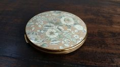 Check out this item in my Etsy shop https://www.etsy.com/listing/236229425/vintage-powder-compact-from-stratton