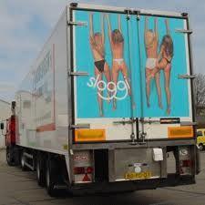 Slim, een reclame achter op een vrachtwagen. Ook leuk bedacht dat het net lijkt alsof ze aan de vrachtwagen hangen.