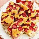 Pandispan cu capsuni Polish Desserts, Polish Recipes, Polish Food, Baking Recipes, Cake Recipes, Dessert Recipes, Apple Pie Bars, Tasty, Yummy Food