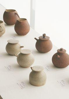 simple elegant pots and pourers  連続  集合  向きを変える  異なる方向を向いている