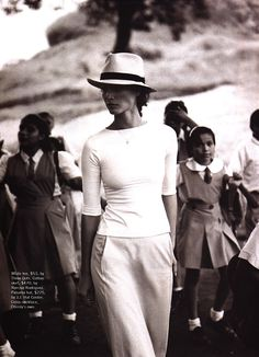 A well traveled woman brings a terrific hat to make everything look good, even a casual weekend / on the road outfit. Christy Turlington, Mode Chic, Mode Style, Style Me, Casual Chic, Fashion Mode, Look Fashion, Fashion Tips, Elegance Fashion