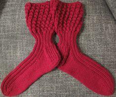 KÄSSÄÄ PALOKASSA: Ohje pitsisukkiin One Color, Colour, Socks, Knitting, Blog, Crochet Dresses, Fashion, Tricot, Shoes