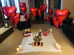Indoor picnic dinner for boyfriend Romantic Surprises For Him, Romantic Room Surprise, Romantic Gifts For Him, Surprises For Husband, Romantic Birthday, Romantic Dinner Setting, Romantic Picnics, Romantic Dinners, Romantic Valentines Day Ideas