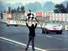 The finish of the 1969 24 Hours of Le Mans, the JWA Gulf (chassis which won the race the year before), crossing the finish line just barely ahead of the place Porsche The fourth and final win, in a row, for Ford at Le Mans over Ferrari. Sports Car Racing, Drag Racing, Sport Cars, Race Cars, Auto Racing, Motor Sport, Ford Gt40, Ford Mustang, 24 Hours Le Mans