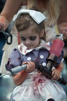 Little Sister [Big Daddy, Bioshock, Children/Kids Costumes, Cosplay] daughter future Halloween costume Hallowen Costume, Halloween Cosplay, Cool Costumes, Diy Halloween, Costume Ideas, Zombie Costumes, Funny Costumes, Couple Halloween, Cosplay Kids