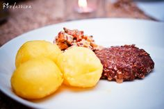 Jauhelihapihvit, kantarellikastike ja perunat by Foodassion, via Flickr