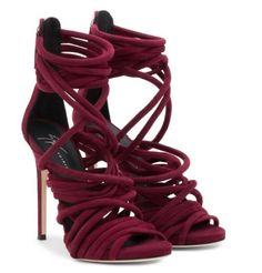 Donosimo nekoliko glamuroznih bordo cipela luksuznog italijanskog brenda Giuseppe Zanotti. Brend je poznat po svojom unikatnom stilu.