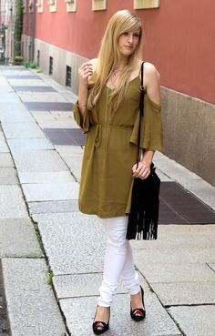 Sommerhose Weiße Ripped Jeans schulterfreies Top Olive Streetstyle Mailand Modeblog Outfit Summer Fransentasche H&M Quasten Heels