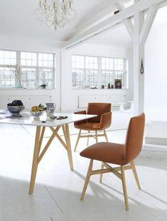 """In dieser Variante hat """"Jalis"""" ebenfalls eine weiß lackierte Tischplatte, steht aber auf schwarzen Metallbeinen. Die 220 cm Länge bieten genug Platz für bis zu acht Personen."""