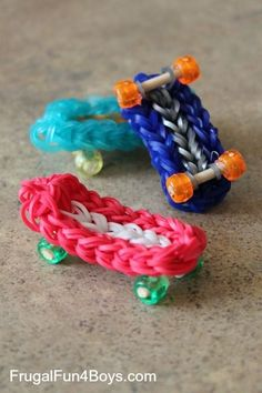 Loom Band Skateboard Charms/ Keyrings - Oh my, SERIOUS cuteness. I love these. Would make a great gift for kids to make their friends!