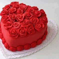 Tarta para cumpleaños con forma de corázon grande con rosas rojas