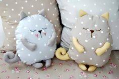 Милые подушки на диван - фото в форме котов