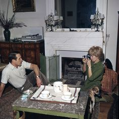 1027 Paul Newman and Joanne Woodward, at home (1961)