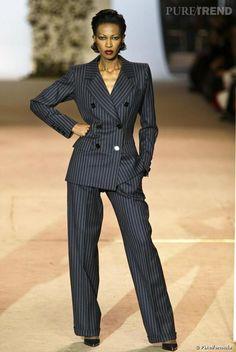Yves Saint Laurent : Le tailleur pantalon en tissu d'homme sur le défilé rétrospective de janvier 2002
