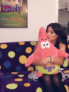 Paola andino met een cute Patrick knuffel