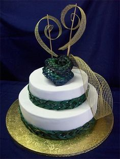 2 tier round with flax rose topper : Flax plaited ribbon & Aroha flax topper