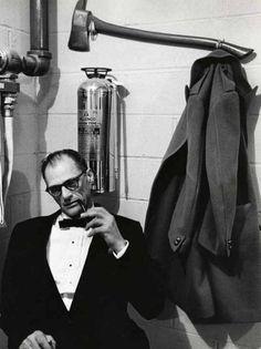 l'écrivain - Arthur Miller fumant la pipe dans les vestiaires d'un féstival. Circa 1964.