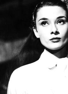 Audrey Hepburn in Roman Holiday, Vintage Heart, Look Vintage, Vintage Glamour, Vintage Ladies, Audrey Hepburn Roman Holiday, Audrey Hepburn Style, Bette Davis, Old Hollywood, Hollywood Stars