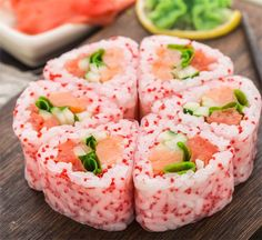 Turn your maki sushi rolls into works of art with this flower shaped sushi roll recipe. Maki Sushi Roll, Sushi Art, Sushi Rolls, Sushi Roll Recipes, Sushi Love, Comfort Food, Rolls Recipe, Recipe Recipe, Aesthetic Food