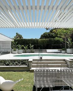 garden pool The layout of this modern house allows for seamless indoor-outdoor living experiences as each pavilion is positioned around a large deck and swimming pool. Backyard Pool Designs, Swimming Pools Backyard, Backyard Landscaping, Backyard Pergola, Pergola Designs, Pool Landscape Design, Garden Design, Outdoor Areas, Outdoor Pool