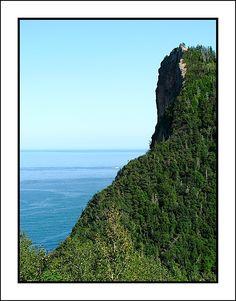 Vue du Pic de l'Aurore (Percé, Qc, Canada) à partir de l'arrêt touristique, avant d'arriver à Percé.  Le Pic de l'Aurore est une falaise culminant à 240 mètres à l'entrée ouest du village de Percé en Gaspésie au Québec. Son sommet offre une vue panoramique à la fois sur la baie de Gaspé jusqu'au Parc national Forillon, et la baie de Percé incluant le Rocher Percé et le Parc national de l'Île-Bonaventure-et-du-Rocher-Percé.