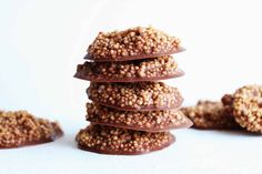 If you like chocolate crunch bars, these healthy Chocolate Quinoa Crisps will be your new best friend! They're vegan, no bake, and SO FUN to eat! Good Healthy Recipes, Healthy Treats, Healthy Desserts, Vegan Recipes, Vegan Snacks, Simple Recipes, Vegan Sweets, Delicious Recipes, Healthy Recipes