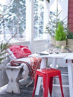 Le rouge habille coussins et tabouret à l'heure de Noël