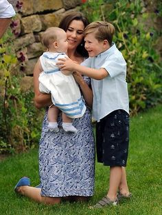 Princess Mary Photos Photos - Crown Princess Mary, Prince Christian and the twin Vincent Frederik Minik Alexander of Denmark pose during a fotocall at Grasten Casle on August 2011 in Grasten, Denmark. - Danish Royals At Grasten Castle Crown Princess Victoria, Crown Princess Mary, Prince And Princess, Adele, Prince Christian Of Denmark, Happy 8th Birthday, Royal Family Pictures, Prince Frederick, Queen Margrethe Ii