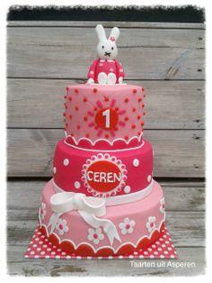 Een hele roze nijntje taart voor de eerste verjaardag van Ceren!