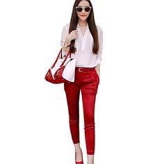 Mujer de pie White T-shirt Trajes Pantalón Rojo.                                                                                                                                                      Más