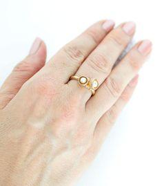 Der Ring ist in Bronze gearbeitet und mit zwei kleinen Blütenkelchen, die mit Süßwasserperlen bestückt sind, gefüllt. Dieser Ring ist frei entwickelt und die Blütenkelche sind durch die Natur inspiriert. Es ist ein handgefertigtes Einzelstück und mit sehr viel Liebe zum Detail erstellt. Die Ringschiene hat eine organische Form und auf dieser sitzen die 2 Blütenkelche. #handwerk #manufaktur #handgefertigt #einzigartig #boho #bohoschmuck #perle #blüte #naturschmuck #perlenschmuck… Bronze Ring, Gold, Rings, Jewelry, Handmade Jewelry, Handcrafted Jewelry, Bronze Jewelry, Organic Shapes, Online Shopping
