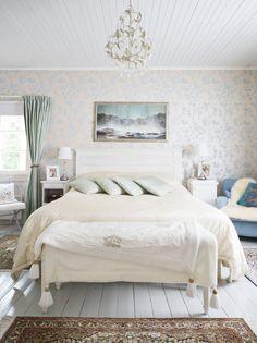 Makuuhuone on sisustettu veden värein ja silkkipeitoilla. Sängyn päällä on hyvän ystävän, taiteilija Sanna Myrttisen maalaama seesteinen taulu sielunmaisemasta. Ikkunasta avautuu näkymä järvelle