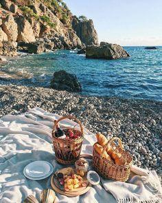 Prolongez les vacances d'été avec un pique-nique au bord de l'eau. Bouteille de vin bio et petites douceurs. Par la fine fleur du vin bio, PinotBleu 🌞🌿  📷 by Ms Annet
