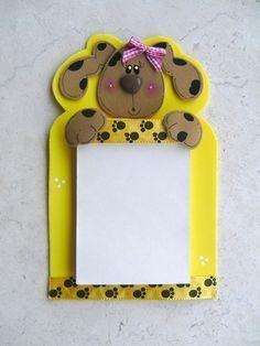 Você pode fazer um simpático bloco de anotações em EVA com detalhe charmoso de cachorrinha que decora, além de ser útil.