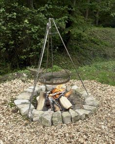 These outdoor fire pit ideas can help you create a backyard or patio you will enjoy. Many of these fire pit designs can be built at home or are available on the market for sale. Cheap Fire Pit, Diy Fire Pit, Fire Pit Backyard, Fire Pit Grill, Backyard Patio, In Ground Fire Pit, Fire Pit Plans, Fire Pit With Rocks, Outdoor Cooking Area