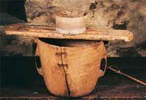 Abatza, recipiente en madera de abedul, utilizado para contener y calentar la leche de oveja con la que se elabora el queso. Sobre ella esta colocada una tabla sobre la que se apoya el molde para el queso, pudiendo escurrir así el suero. © Xabi Otero