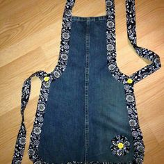 Recycled Denim Apron ~ Good pattern for leather wood carving apron This is cute. by dee Recycled Denim Apron - several different recycled denim projects here, but I especially LOVE the one pictured here! Denim jeans apron - link just goes to a photo Recyc Sewing Aprons, Sewing Clothes, Diy Clothes, Denim Aprons, Sewing Diy, Jean Crafts, Denim Crafts, Artisanats Denim, Jean Apron