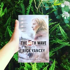 It's the fabulous Chloe Grace Moretz on The book cover! The 5th Wave Series, Wave Quotes, The Fifth Wave, Trust Your Instincts, Fan Picture, Hello Everyone, Waves, Fan Art, Chloe Grace