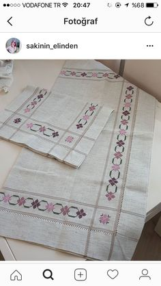 This Pin was discovered by yaş Bargello, Table Linens, Hand Embroidery, Stitch Patterns, Diy And Crafts, Projects To Try, Cross Stitch, Quilts, Blanket
