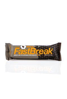 Der Forever Fastbreak™-Riegel ist reich an Vitaminen und Mineralstoffen. Außerdem liefert er hochwertiges Eiweiß, wertvolle mehrfach ungesättigte Fettsäuren und sättigende Ballaststoffe. Ideal direkt nach der sportlichen Belastung, als Zwischenmahlzeit im Gewichtsmanagement oder als Power-Snack für einen Energieschub im Alltag.