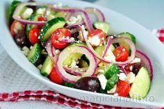Gustul perfect de salată grecească constă în simplitatea acesteia și într-o combinație de ingrediente de calitate. Răsfață-te cu această rețetă simplă de salată grecească la mas... Pain Pita, Meat Recipes, Healthy Recipes, Greek Salad Recipes, Vegetable Salad, Vegetarian Cheese, Caprese Salad, Olives, Side Dishes