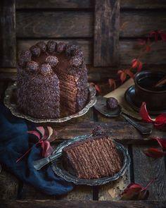 """Medovik (""""mjod"""" betyr honning) er en nydelig honningkake, som består av mange tynne kakebunner og deilig krem . Jeg har laget en sjokolade versjon av den russiske klassiker."""
