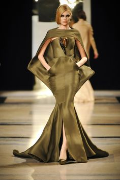 Stephane Rolland Haute Couture S/S 2012. Striking silhouette.