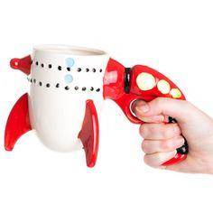 Taza arma y cohete. Defiende la galaxia de los mas terribles villanos con esta taza de cerámica y también te podrás desayunar en condiciones!