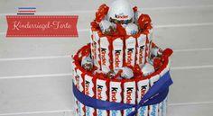 Kreatives Geburtstagsgeschenk: Anleitung für eine Kinderriegel-Torte - Lavendelblog - #kinderschokoladetorte - Eigentlich kenne ich kaum jemanden, der keine Schokolade mag. Ihr etwa? Daher ist die Süßigkeiten-Torte ein Geburtstagsgeschenk, das immer für große Augen und ein seliges Strahlen sorgt. Die Torte aus Schokoriegeln sieht nicht nur genial aus, sie lässt sich auch an den Geschmack des Geburtstagskindes anpassen. Wer von euch Lust hat, zum Geburtstag auch mal […]... Birthday Bash, Birthday Parties, Free Birthday, Birthday Celebrations, Creative Birthday Gifts, Candy Cakes, Diy Gifts For Friends, Diy Presents, 1st Birthdays