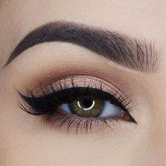 Maquillage de jour rosé lumineux avec eyeliner